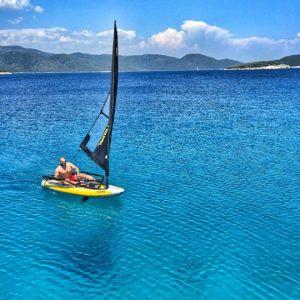 Segeln eines tragbaren Segelboots Tiwal 3 in der Türkei