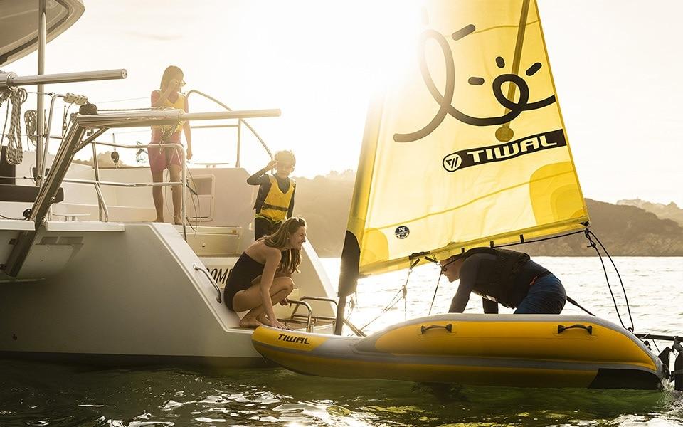 Einschiffung einer Tiwal 2 auf einen Lagoon Kreuzfahrt Katamaran
