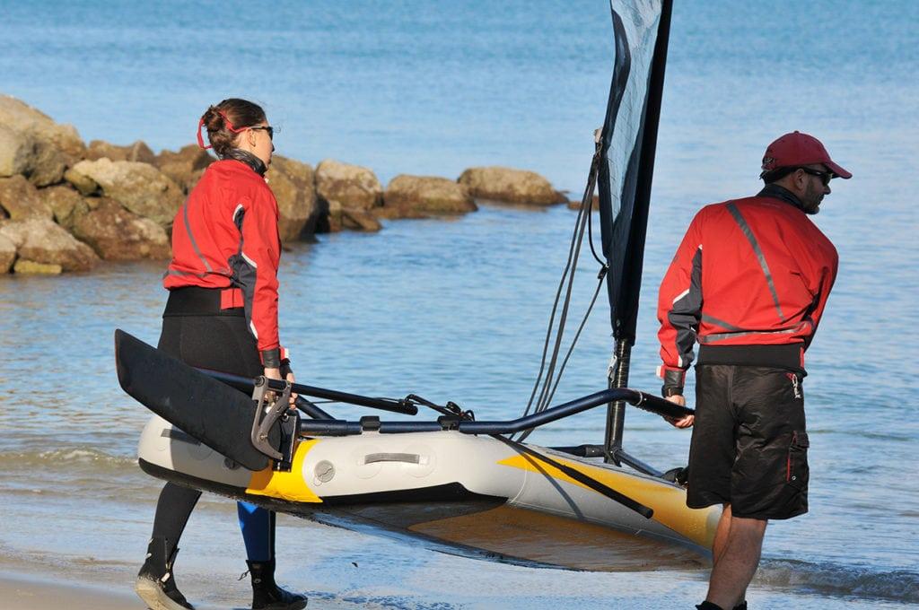 Ein Schlauchboot zum Wasser tragen